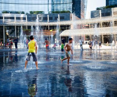 Czy powinniśmy pozwalać kąpać się dzieciom w fontannie ?