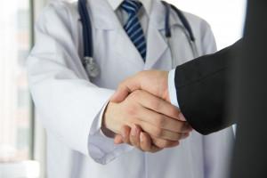 NHS i Paragona oferują lekarzom rodzinnym doskonale warunki pracy.